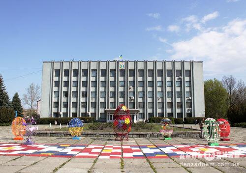 Головна площа міста Шепетівки вбралася у великодні візерунки