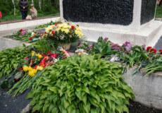 У Шепетівці принесли квіти до братських могил