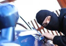 Підприємливий юнак здійснив крадіжку з автівки та заховав у кущах