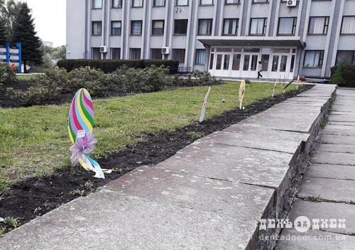 Зловмисники пошкодили великодні декорації на площі Тараса Шевченка