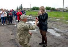 Історія кохання по-шепетівськи: військовий освідчився дівчині під час шикування