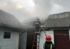 На Шепетівщині розряд блискавки спричинив пожежу господарчої будівлі