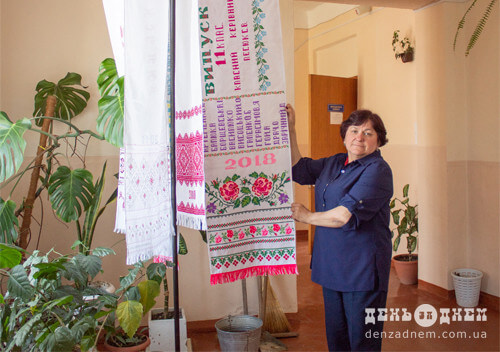У шепетівській школі укорінилася традиція вишитого рушника