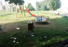 Як смітять сельчани на дитячому майданчику