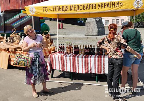 Лучани частують шепетівчан медовухою та східними солодощами
