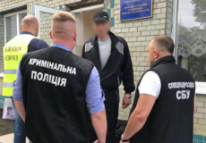 Хмельницькі правоохоронці зустріли громадянина Росії на виході з колонії та видворили з країни