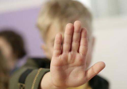 На Хмельниччині батько «виховував» дітей 6-ти та 8-ми років розпеченою коцюбою