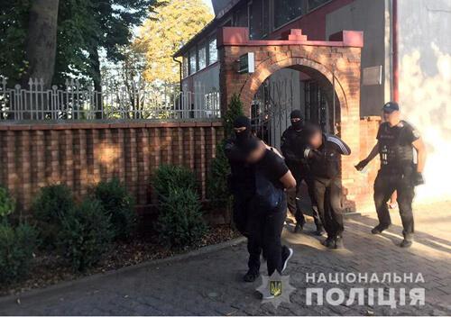 У Хмельницькому 10 озброєних осіб незаконно проникли на підприємство