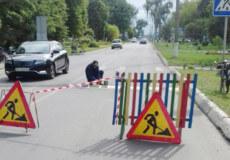 У Славуті нові «лежачі» поліцейські змусять водіїв зменшувати швидкість поблизу навчальних закладів