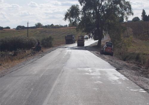 На Шепетівщині тривають роботи з поточного середнього ремонту дороги між селами