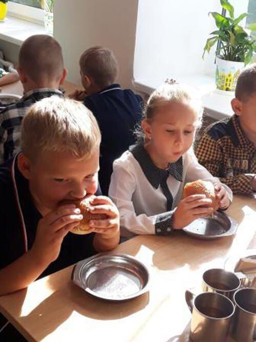 Бургери замість супу: на Хмельниччині запровадили нове шкільне харчування