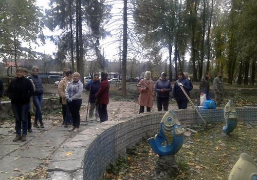 В Ізяславі толокою взялися за благоустрій парку
