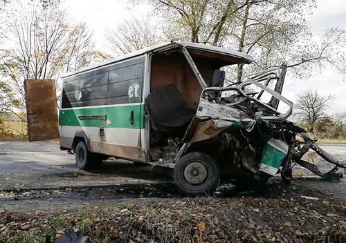 На Хмельниччині мікроавтобус зіткнувся з вантажівкою: водій буса у важкому стані
