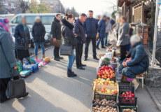 У Шепетівці підприємцям пропонують перейти з тротуару на торгові місця всередині ринку