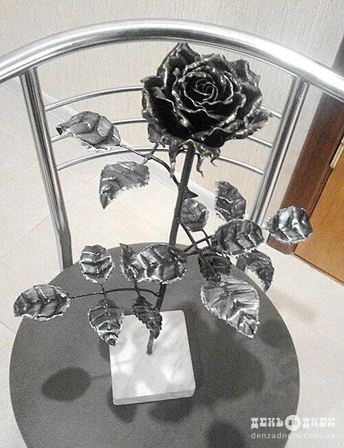 20-річний шепетівчанин власноруч виготовляє троянди з металу