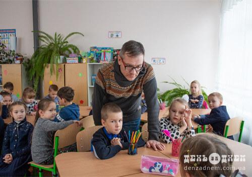 Письменник Сергій Бакуменко провів «Урок доброти» для шепетівських першокласників