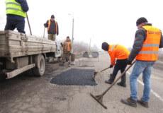 На Хмельниччині дорожники проводять аварійний ремонт ямковості