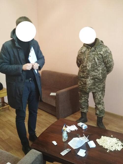 Працівник Шепетівської виправної колонії попався з наркотиками та спиртом