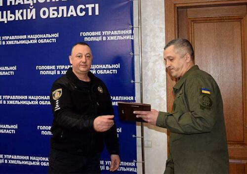 У Хмельницькому нагородили нацгвардійця, що затримав грабіжника
