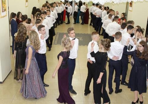 Панянки та юнаки Славути зібралися на новорічний бал
