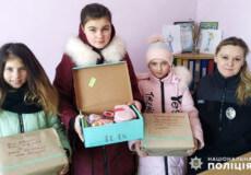На Хмельниччині полісмени започаткували безстрокову благодійну акцію «Бандеролька дружби»