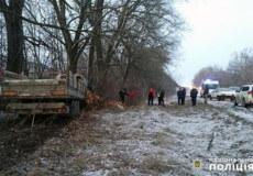 На Хмельниччині вантажівка зіткнулася з деревом: водій загинув