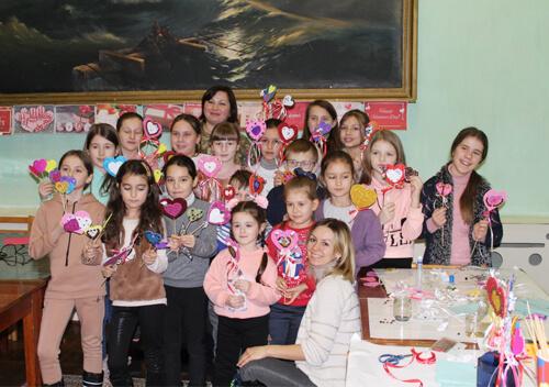 У Старокостянтинові дітей військовослужбовців вчили робити валентинки