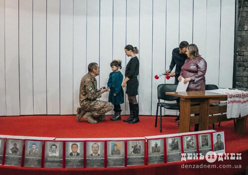 У Шепетівці дітям-сиротам вручали срібні відзнаки «Батьківське серце»