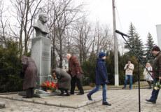 Шепетівчани зібралися біля пам'ятника Кобзаря