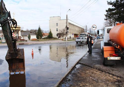 Славутські вулиці через прорив водогону затопило