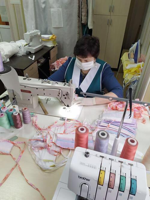 У Нетішині соціальні працівники самі шиють захисні маски та халати