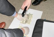 Слідчого фіскальної служби взяли на хабарі у 2000 доларів