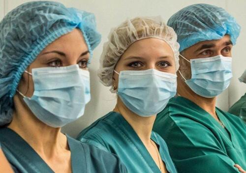 Медикам, що борються з COVID-19, втричі збільшать оклад