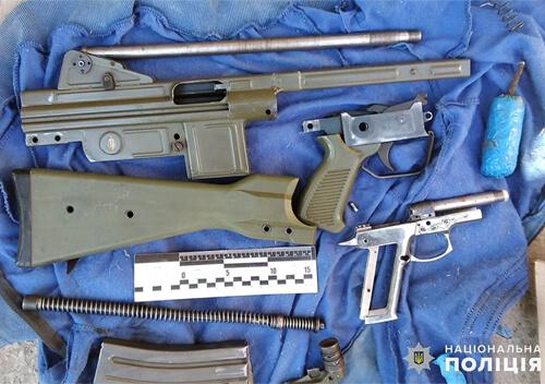 На Хмельниччині 3 спритники підпільно виготовляли зброю та збували поштою