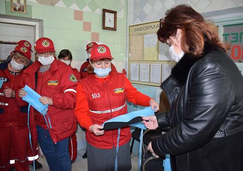 Коштом міського бюджету Шепетівській ЦРЛ та «швидкій допомозі» придбали захисні костюми