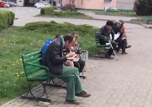 На привокзальній площі в Шепетівці волонтери годують людей