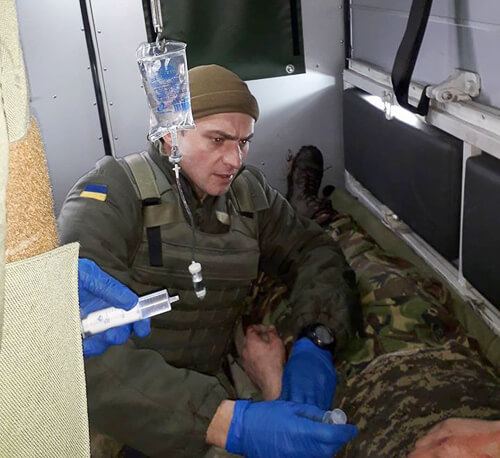 Медик Шепетівської ЦРЛ рятує життя на двох фронтах: у реанімації та зоні АТО
