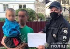 Поліція розшукала 3-річного малюка, який приспав маму та подався в інший кінець села до бабусі