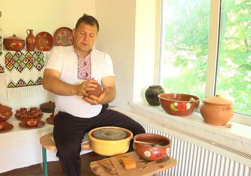 На Хмельниччині гончар виготовляє глиняний посуд за місцевою технологією