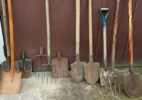 Рецидивіста з Шепетівщини позбавлять волі за крадіжку лопат, сапи та вил