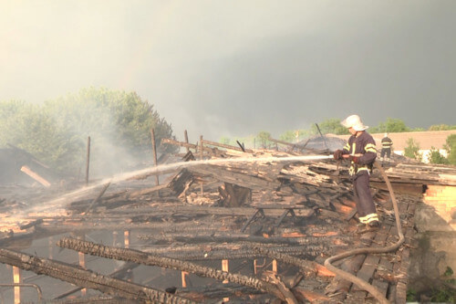 На Хмельниччині розряд блискавки спалив ферму