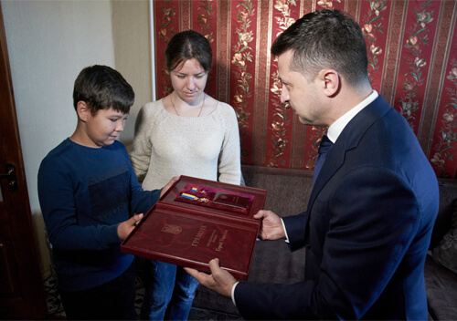Глава держави подарував сину загиблого Героя України планшет, про який хлопчик мріяв