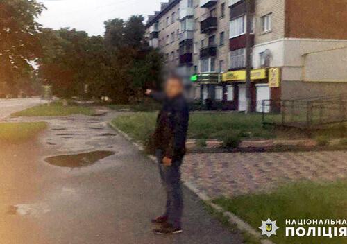У Шепетівці двоє неповнолітніх побили перехожого і відібрали смартфон