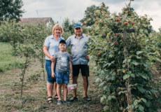 Подружжя на Хмельниччині розводить малину