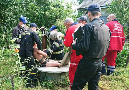 На Хмельниччині чоловік впав у 15-метрову криницю