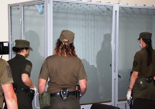 Хто конвоює жінок-підсудних у Хмельницькому