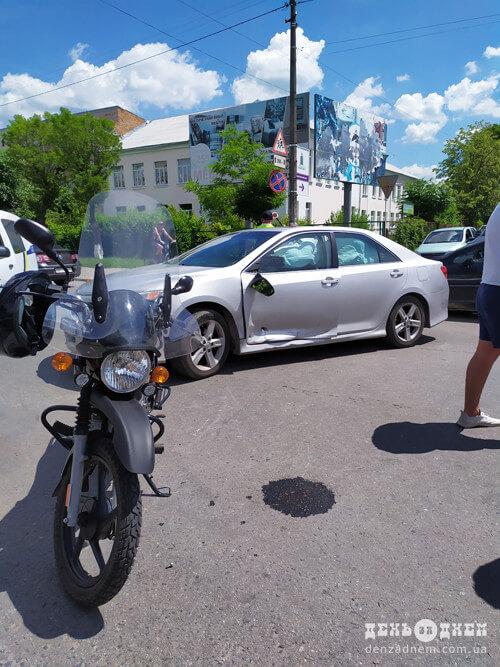 У Шепетівці зіштовхнулися легковик та мотоцикл (Оновлено)
