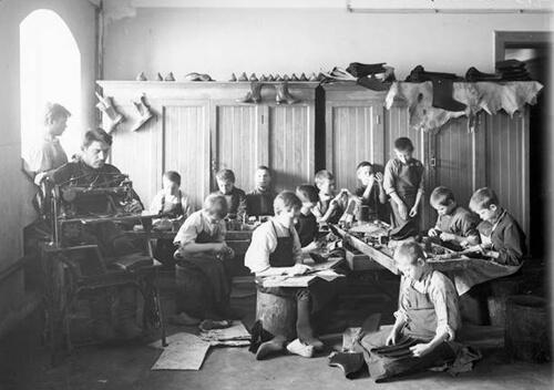 Наприкінці ХІХ століття в Шепетівці діяла навчальна чобіткова майстерня