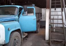 На Хмельниччині 30-річного чоловіка притисло вантажівкою до стіни