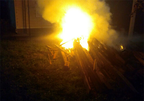У Нетішині загоряння будівельного сміття пошкодило облицювання магазину